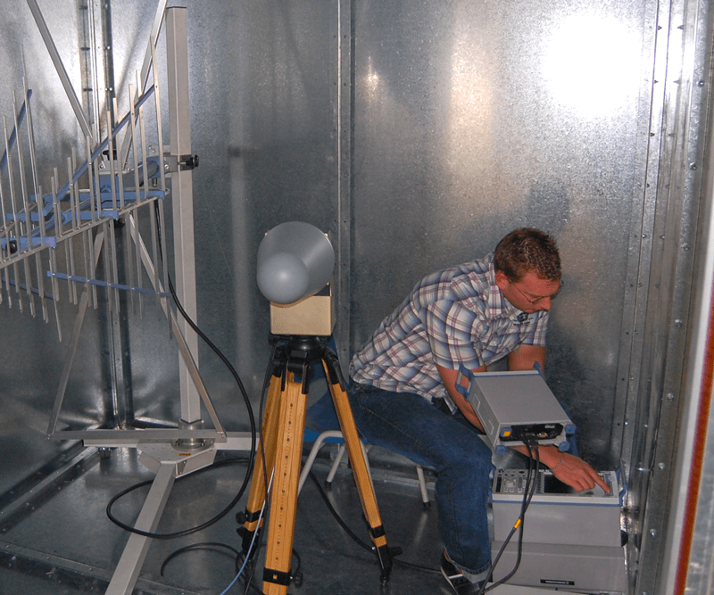 Measurement of a Faraday cage in order to determine that it is operating properly